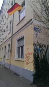 Fenster mit Deutschlandflage: Deutsch mich nicht voll von Eva Maria. Veröffentlicht als gemeinfrei über notesofberlin