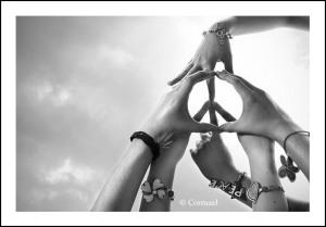 Hände greifen zusammen: Kann Solidarität mehr sein als ein Lippenbekenntnis?